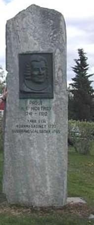 Bauta over presten Hiorthøy, som i si tid tok initiativet til  det Fronske kornmagasin til bruk i år med naud, reist nedanfor den gamle kyrkjegarden i Sødorp.