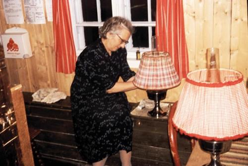 Annie Balchen tenner parafinlampene på Veidarvon.
