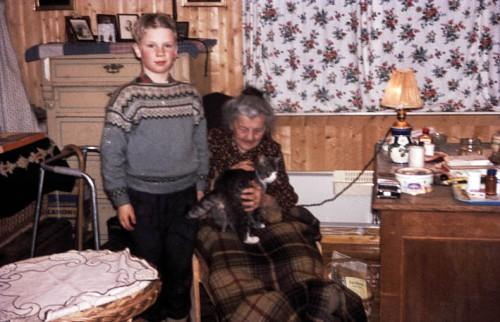 Erling Grieg med oldemora Kate Balchen i Hyggen