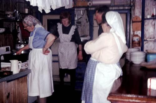 Annie Balchen (t.v.) på kjøkkenet på Veidarvon etter at ho har fått elektrisitet