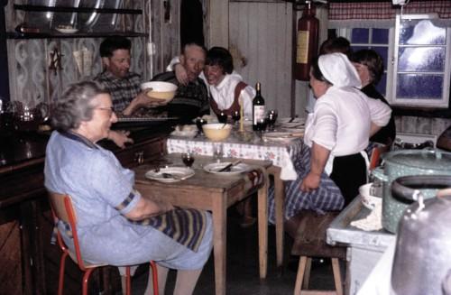 Kjøkenkos på Veidarvon. Annie Balchen foran.