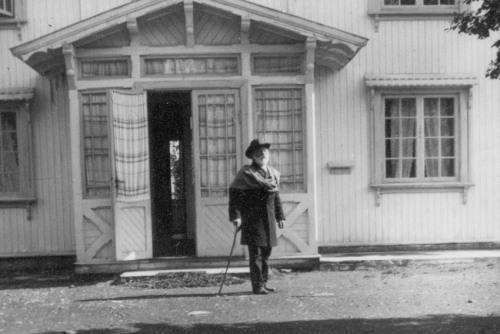 Grosserar og gründer Johan Sørensen (1830-1918)  foran Tofte Høilidshotell