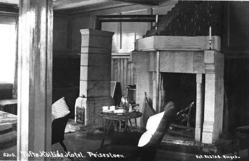 Mykje klebestein i peisestua på Tofte Høilidshotel
