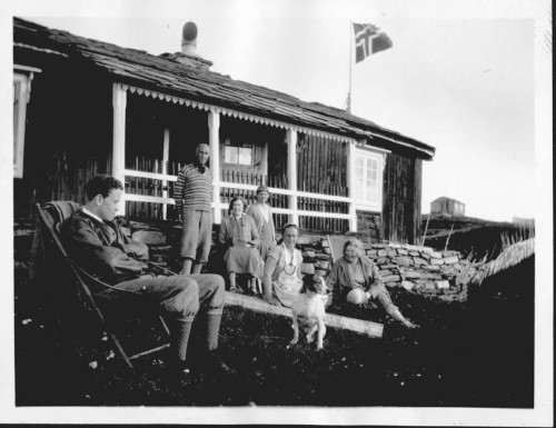 Utanfor Veoidarvon på 30-talet. Gerhard Jost står, ASnnie Balchen sit foran.
