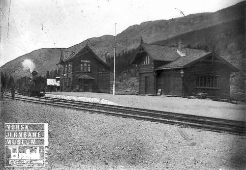 Harpefoss stasjon 1896 med befaringstog trukket av damplokomotiv type 9a nr. 31
