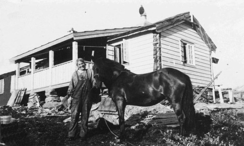 Annie Balchen foran Veidarvon på Toftsetra i midten av 1930-åra