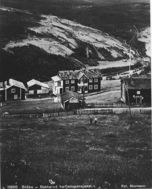 """""""Bakkerud høifjellspensjonat"""",som heitte i reisehåndbøkene den gongen. Eit av dei mange pensjonata i bygda i gamle dagar. Ved vegen ser vi den legendariske Heide-butikken. (Foto Normann)"""