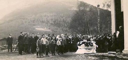 Utanfor det gamle bedehuset i Kvam. Bilde frå Kvam Historiske Forening