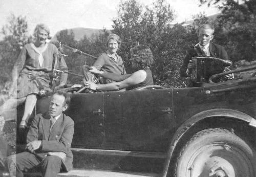Egil Tressum: Dette bildet er fra 30-tallet - usikker på hvor det er tatt, men sikkert i nærheten av Frya. Det er Ragnhild Næss som står bakerst. På stigtrinnet sitter Leif Næss og bak rattet sitter min mor, Synnøve, og tror hun kan kjøre bil, men det lærte hun først 30 år senere. Men hvem kan de to andre være?
