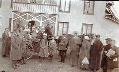 Hest og kjerre fraktar gjester ned frå Fagerhøi