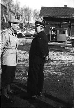 Vinstra stasjon. Statsminister Einar Gerhardsen med ordførar og stasjonsmeistar Egil Hernæs. (foto: Arne Hernæs´ heimeside)