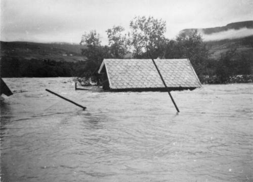 Dette bildet syner kor høgt vatnet sto på Flatnes. Dette uthuset sto omtrent like høgt opp frå elva som dagens Strandgate!