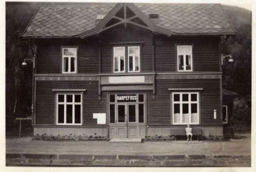 Harpefoss stasjon, tegnet av arkitekt Paul Due, ble åpnet i 1896. Fra den eldste tiden da stasjonen var i drift er det kun Stasjonsbygningen ble revet i 1971