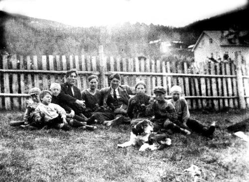 Sommer-idyll iLia i 1918. Glade barn og ungdom i hagen på nørdre Haverstad fotografert av Anders Haverstad (19) for 95 år sea. Den unge herren i midten, med slips, er Svein Haverstad (21) med systrene Anna (23) til venstre, og Gudrun (12) til høgre. Bikkja heitte Laika. Resten på bildet er ukjende, men muligens nån tå de andre Haverstad-syskena eller nabo-unger. Lia-skulen (nærmeste bygning bak gjerdet til høgre) vart bygd i 1916 og var bare to år gammel da bildet ble tatt. Siste omgangsskulen for Søre Lia var her på Haverstad i 1915.