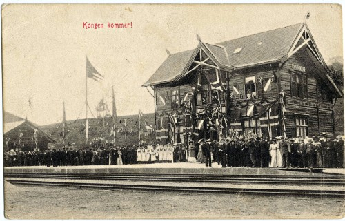 Kongemn Haakon kommer til Hundorp stasjon