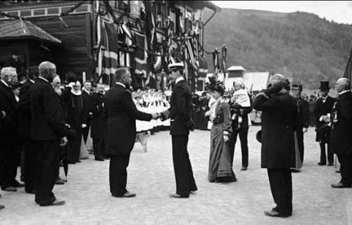 Kong Haakon, dronning Maud og konprins Olav på kroningsferd, Hundopr stasjon 14.6. 1906