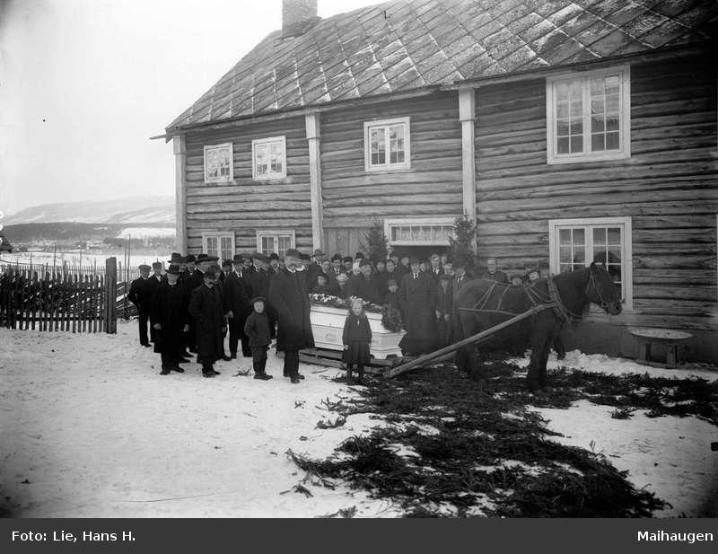 Likferdfølge på Solbrå.   Foto: Hans H. Lie