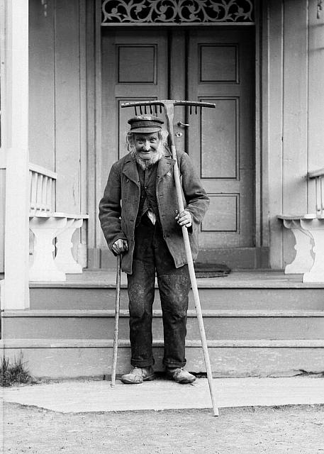 Ole Knipen, husmann under Veikle i Kvam i Nord-Fron, fotografert i juni 1897 av H. H. Lie. SS-HHL-03581). Tilhører Maihaugens fotoarkiv