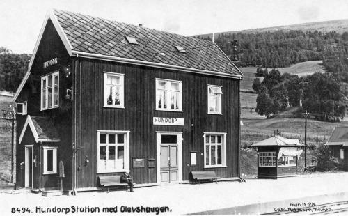 Hundorp stasjon med Olavshaugen