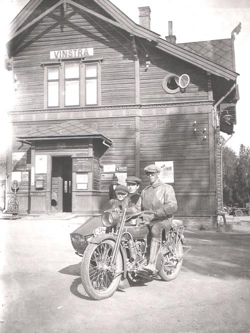 Thorvald Wistad frå Kvikne ved Vinstra stasjon. Sykkelen er en Harley Davidson 1920-modell. Kjøpt av Thorvald i juni 1920.  Han sit bakpå denne gongen, men til vanleg var han fast sjåfør.