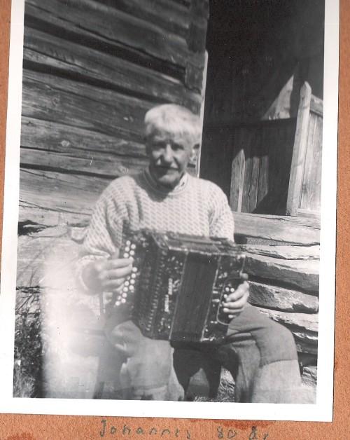Jehans Rønningen (Løvli) gm Ane Kappelslåen. Han spelte mykje til dans og underhaldning med torararen sin. Jehans rydda og bygde på Løvli i Skåbu. Han var skogsarbeidar og anleggsarbeidar.
