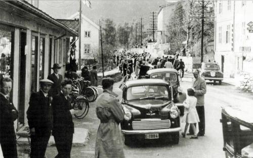 17. mai på Vinstra 1954. Noen som ser Fridtjof Sørensen? (Foto: Vinstra auto)