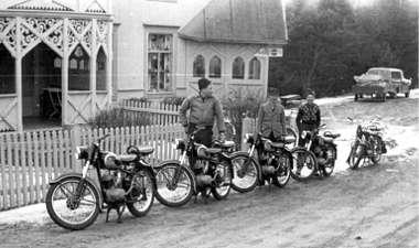 Her tre unggutter fra Harpefoss, Jens Lyngstad, Kjell Nystuen og Sverre Baukhol med hver sin nye IFA 125 m3 motorsykkel fra Øst Tyskland som ikke hadde importrestriksjoner den gangen