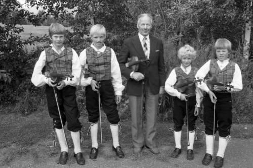 Frå feleopplæringa på Sør-Fron. Dette er nok henta frå ein landskappleik, truleg på slutten av 1970-talet. Frå venstre: Tore Listad, Øystein Rudi, Arne Risdal (leiar), Morten Hvattum og Svein Stensrud. Foto: Oddmar Myrum.