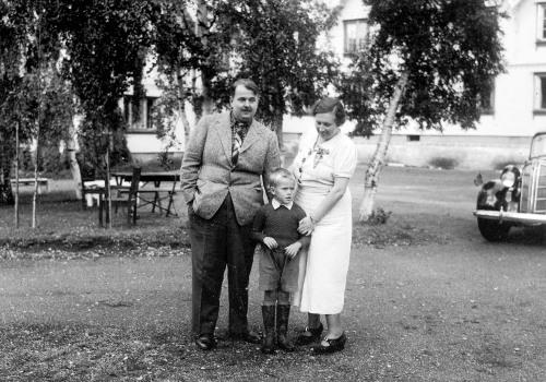 Ben Balchen med foreldra foran Tofte Høildshotel 1939