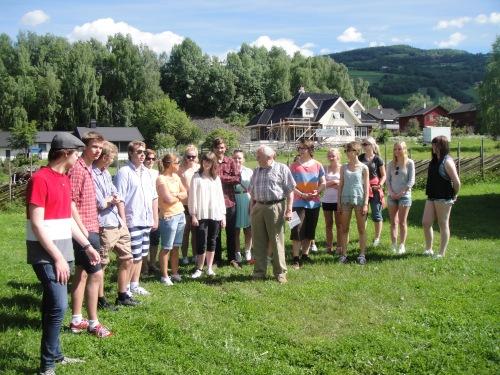 Elevar og lærarar lytta spent da Johannes Brandvol fortalde om Milsteinstugu.
