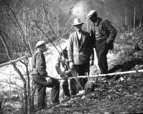 Flom i Kvam i 1938. Mannekraft og ikkje så mykje maskinar. Foto frå Per Ottesen