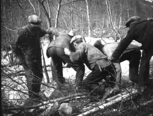 Karane ordnar opp etter flom i  Kvam i 1938. Foto frå Per Ottesen