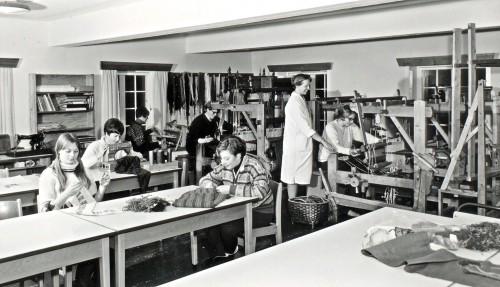 Handarbeid for jentene - foto frå 1960-t