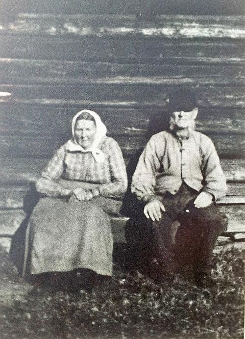 Marit Jensdatter Røssummoen (1856-1938) gift med Halvor Iversen Bosaaen (1851-1942).