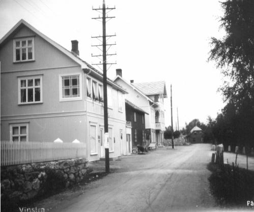 Nedregate på Vinstra  på 1930-talet.  Her var det ikkje langt mellom kaféane den gongen. Det krydde av dei rundt omkring i Fron.