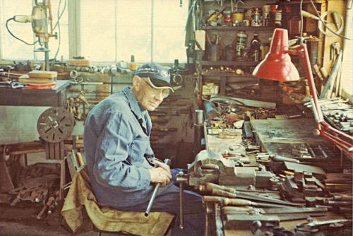 Ole Pettersen ved arbeidsbenken siste leveåret, 1973