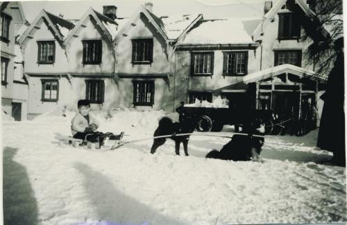 Ben Balchen foran Tofte Høilidshotel rundt 1938.