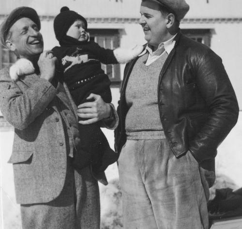 Tre generasjonar Balchen foran Tofte Høilidshotel. Svigerson til Johan Sørensen, Hjalmar Balchen tok over hotellet og ga det til sonen Fridtjof med sonesonen Ben Balchen.