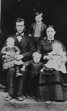 Torger T. Risdal og familien hans om lag 1885. På fanget til Torger: Mari f. 1882, Ivar i midten (døydde tidleg). På fanget til Kari: Svein 1884. Bak står odelsguten Torger f. 1877.