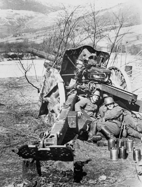 Tyske artilleristar med haubits i vårsola i Kvam i april 1940. (Bilde frå jubiluemsboka)