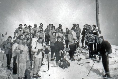 Folkehøgskulestyrar Are Stauri (1912-1972) til venstre fremst på tur med elevar vinteren 1953