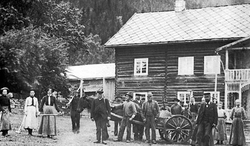 Thorvald Isum var en gründer ved siden av å være bonde, Her står han til høyre i bildet sammen med folket på garden.