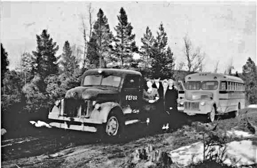 Den første sivile eieren av denne lastebilen var Fefor Høyfjellshotell. De brukte den til varetransport og brøytebil frem til ca 1950/51. Her er et bilde som er fotografert i denne perioden. Bildet er utånt av Johannes Tungen. Fotograf ukjent.