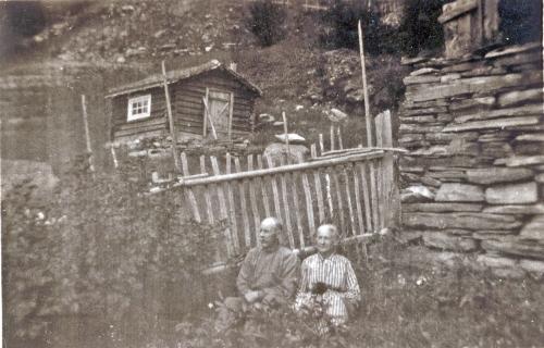 aNr. 109 Erland og Mathea Skar i hagen i Nedre Skar