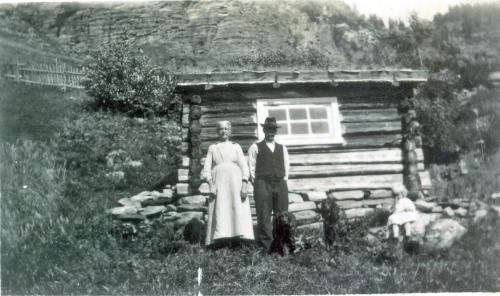aNr. 110 Mathea og Erland Skar ved eldhuset i Nedre Skar.