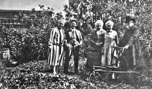 img060 Prest Heggenhougen med fire av sine Barn, se på datidens rullator.
