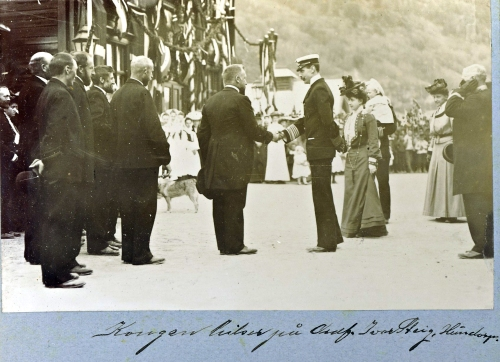 Nr. 133 Kongen hilser paa ordfører Steig, Hundorp