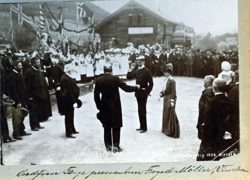 Nr. 134 Ordfører Teige pressanterer Foged Møller, Vinstra.