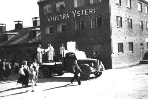 Vinstra Ysteri på 1950-talet. Her går russetoget forbi.