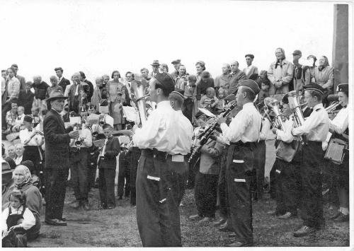 5Nr. 9 Nerbygda og Øverbygda guttemusikk samlet ved Kong Olavs kroningsferd i 1958, dirigent er Arne Dalseg